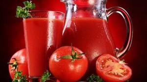 кувшин с томатным соком и помидоры