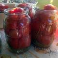 нарезанные помидоры в литровых банках