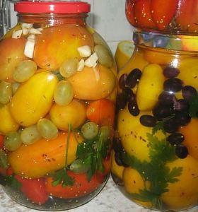 желтые помидоры с виноградом
