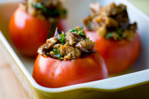 belye-griby-zapechennye-s-pomidorami_420