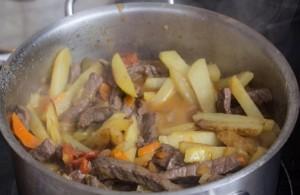 Фото всех ингредиентов азу по-татарски, приготовленных по классическому рецепту.