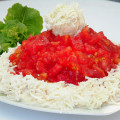 salat-krasnaya-shapochka-s-pomidorami-7