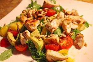 salat-s-kuritsey-mango-i-avokado1-610x406