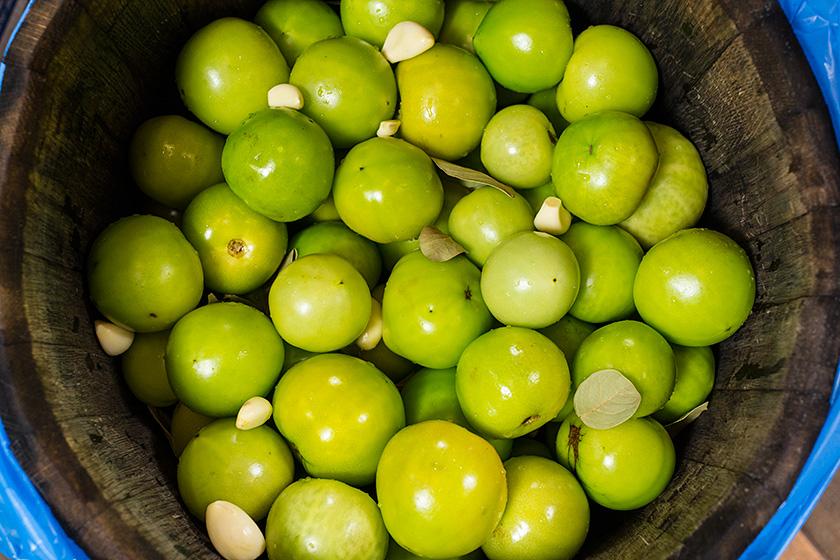 Зеленые помидоры в бочке