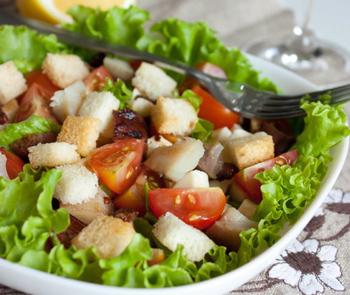 салат с помидорами и сухариками рецепт с фото