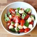 salat-s-pomidorami-i-syrom3