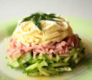 salat_s_vetchinoj_i_syrom_i_ogurcom
