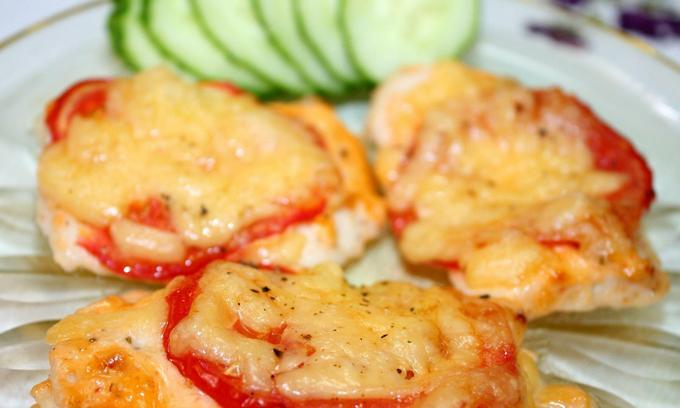 курица в духовке с помидорами и с сыром